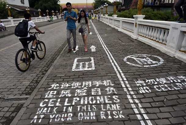 Chinese city with separate sidewalks for mobile addicts